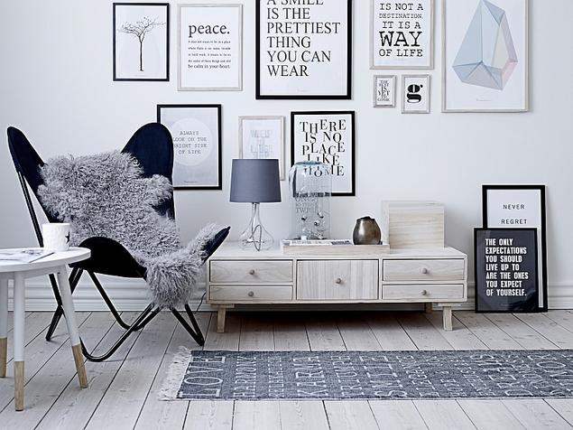 Nowoczesny biały salon w stylu skandynawskim. Białe aranżacje salonów