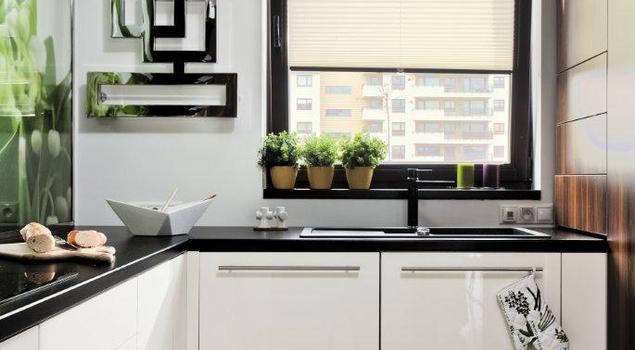 Wiosenna aranżacja kuchni: białe meble kuchenne.