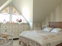 Romantyczny wystrój wnętrz. Ciepła biała sypialnia