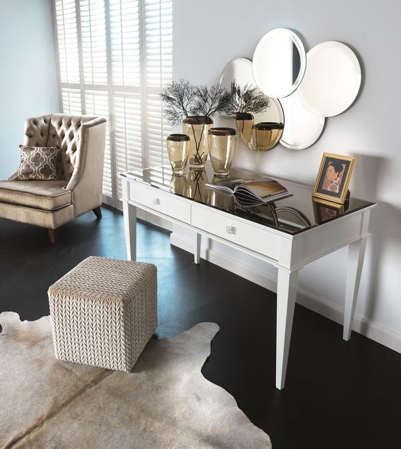 Eleganckie białe biurko w kobiecym gabinecie. Biurko divy
