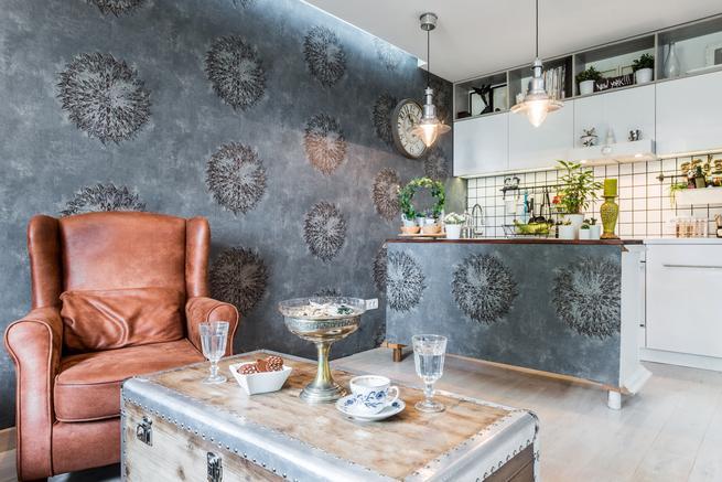 Salon z aneksem kuchennym. Styl vintage we wnętrzach.
