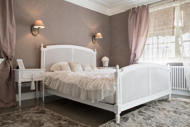 Białe meble do sypialni – sypialnia w stylu vintage