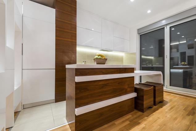 Zobacz galerię zdjęć Nowoczesna, biała kuchnia z drewnem   -> Kuchnia Biala Ocieplona Drewnem