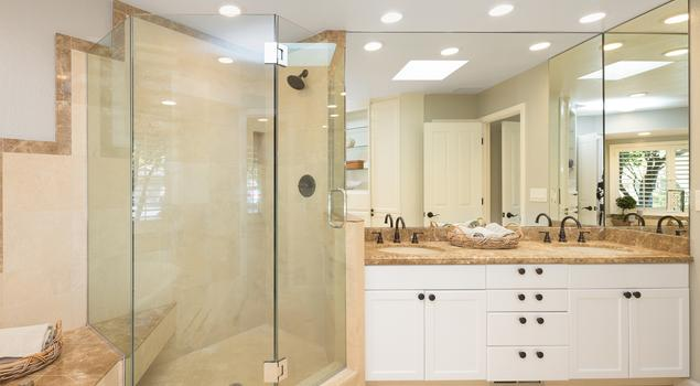 Łazienka z wanną i prysznicem urządzona w stylu nowoczesnym