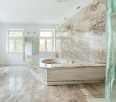 Kamień w łazience – jasna, marmurowa łazienka