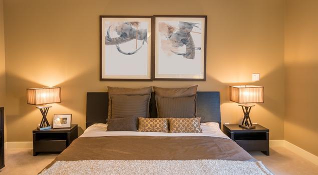 Beżowa sypialnia z belkami pod sufitem – elegancka aranżacja